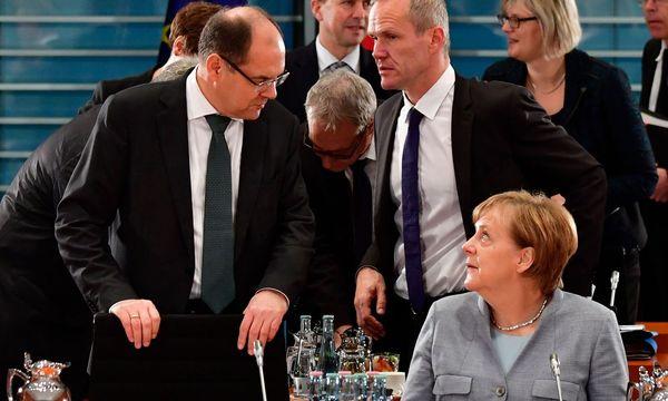Christian Schmidt (stehend, li.) machte sich mit seiner Glyphosat-Wende nicht viele Freunde in Deutschland. / Bild: APA/AFP/JOHN MACDOUGALL