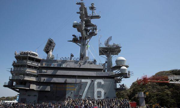 "Mike Pence an Bord des US-Flugzeugträgers ""USS Ronald Reagan"". / Bild: (c) Reuters"