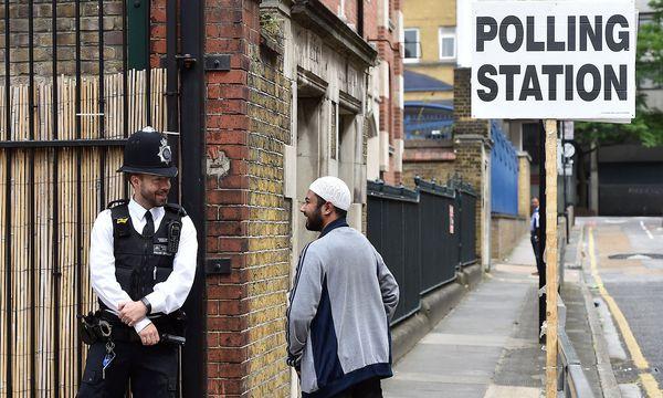 Hohes Sicherheitsaufgebot vor den Wahllokalen. / Bild: REUTERS