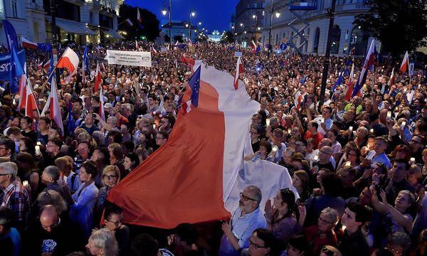 Viele Demonstranten appellieren an Präsident Duda in Warschau. / Bild: APA/AFP/ADAM CHELSTOWSKI