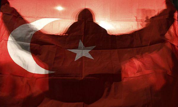 Ein protürkischer Demonstrant vor dem Konsulat in Rotterdam. / Bild: (c) REUTERS (DYLAN MARTINEZ)