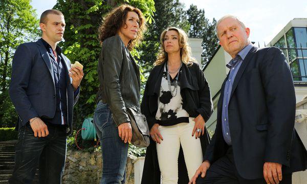 Tolle Besetzung: Michael Steinocher als Liebhaber der Witwe (Aglaia Szyszkowitz, 2. v. r.). Kommissare: Adele Neuhauser, Harald Krassnitzer. / Bild: ORF