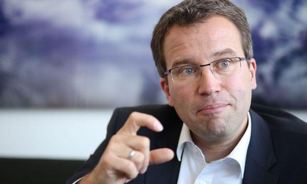 AMS-Chef Johannes Kopf spricht sich dafür aus, zwei SPÖ-Prestigeprojekte zu kürzen / Bild:  Elke Mayr
