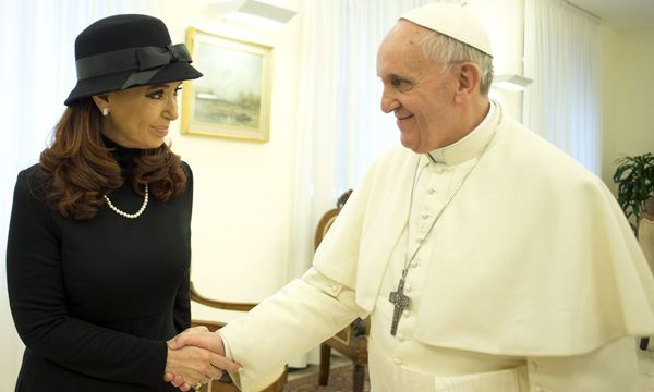 Schwarz und weiß. Argentiniens Präsidentin Kirchner bei ihrem Landsmann und früheren Gegenspieler, dem Papst. / Bild: (c) REUTERS (OSSERVATORE ROMANO)