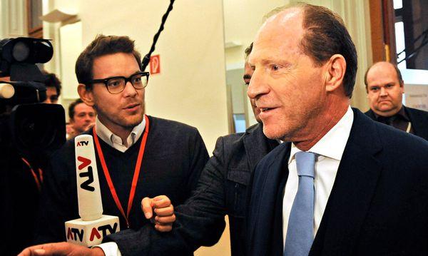 Investor Martin Schlaff trifft im U-Ausschuss ein /