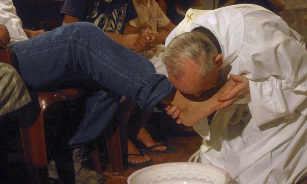 Fußwaschung: Jorge Mario Bergoglio, heute Papst, am Gründonnerstag 2008 in Buenos Aires. / Bild: (c) REUTERS (STRINGER/ARGENTINA)