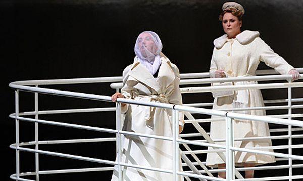 Michelle Breedt als Deutsche SS-Aufseherin 'Lisa' (r.) und Elena Kelessidi als Polnische Gefangene 'Martha' / Bild: (c) APA/BARBARA GINDL (BARBARA GINDL)