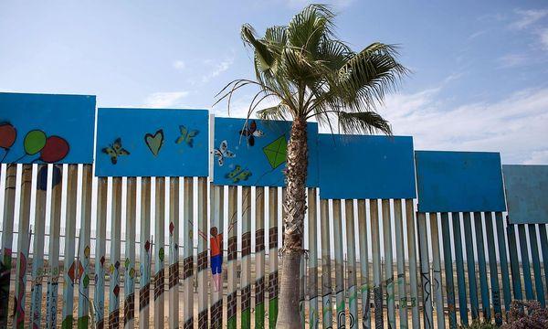 Bereits jetzt verlaufen an Teilen der Grenze zu Mexiko Mauern und Zäune / Bild: APA/AFP/GUILLERMO ARIAS