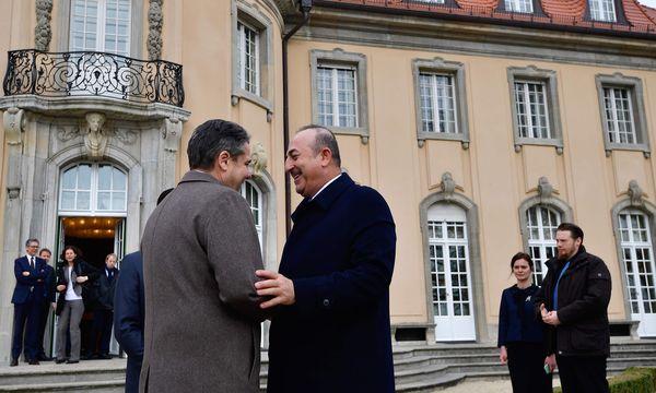 Deutsch-türkische Männerfreunde: Sigmar Gabriel (l.) und Mevlüt Çavuşoğlu.  / Bild: (c) APA/AFP/TOBIAS SCHWARZ