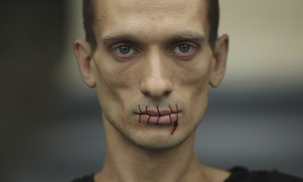 Artist Pavlensky, a supporter of jailed members of female punk band ´Pussy Riot´ looks on with his mouth sewed up as he protests outside the Kazan Cathedral in St. Petersburg / Bild: (c) REUTERS (� Handout . / Reuters)