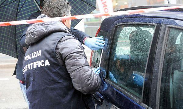 Die Polizei am Tatortin Macerata, wo ein Mann auf eine Gruppe Migranten schoss. Auslöser der Tat soll der Fund der Leiche einer jungen Römerin gewesen sein. / Bild: APA/AFP/STR