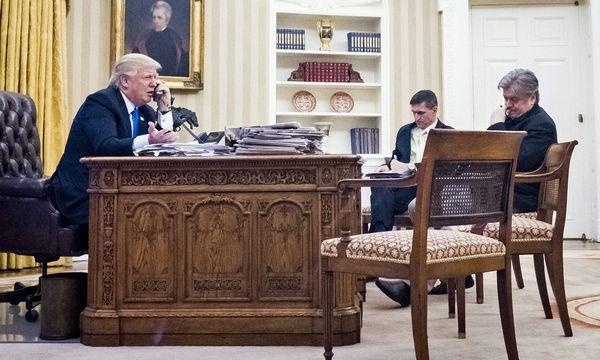 Der nationale Sicherheitsberater Mike Flynn (Mitte) und Sonderberater Stephen Bannon während Präsident Trumps Telefonat mit Russlands Präsident Putin. / Bild: (c) imago/ZUMA Press