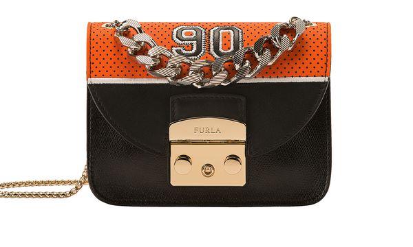 (c) beigestellt   Die neun Taschen der Kollektion repräsentieren jeweils ein Jahrzehnt. Hier die 90er.