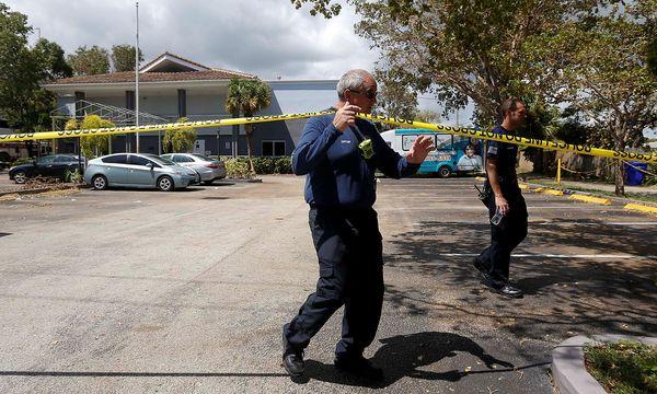 Ein Feuerwehrmann bei der Absperrung des Altersheims in Hollywood, Florida / Bild: (c) REUTERS (Andrew Innerarity)