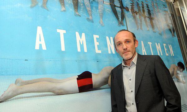 Markovics vorma Plakat von ''Atmen'' / Bild: (c) APA (HERBERT PFARRHOFER)