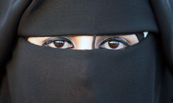 In Ländern wie Tunesien und Ägypten kämpfen säkulare Kräfte gegen den Einfluss des Salafismus – und damit auch gegen die Vollverschleierung als eines seiner Symbole.  / Bild: APA/AFP/MENAHEM KAHANA