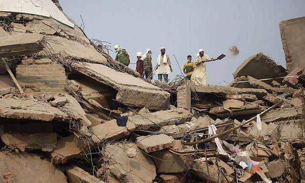 Die Rettungskräfte suchen immer noch nach Personen in den Trümmern der eingestürzten Fabrik in Bangladesch. / Bild: REUTERS
