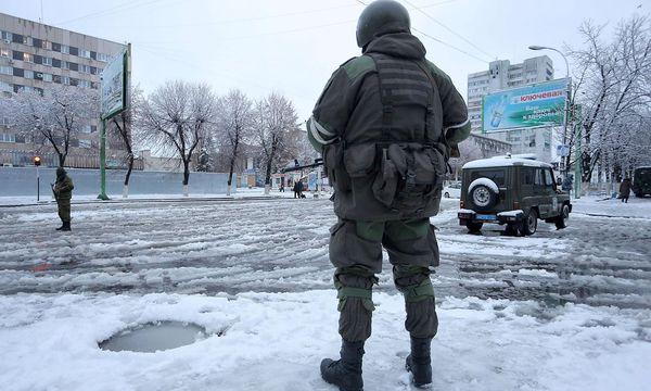 Bewaffnete blockieren eine Straße in der ostukrainischen Stadt Lugansk. / Bild: APA/AFP/ALEKSEY FILIPPOV