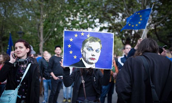 Proteste gegen die Orbán-Regierung und das neue Hochschulgesetz zogen letzte Woche mehrere tausend Menschen in Budapest auf die Straße. / Bild: imago/Michael Trammer