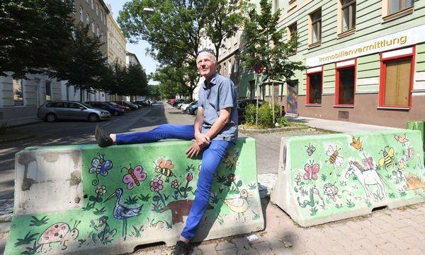 Entspannen, neue Ideen kommen lassen: Roland Schweizer nutzt eine Straßensperre für eine kurze Rast. / Bild: (c) Dimo Dimov