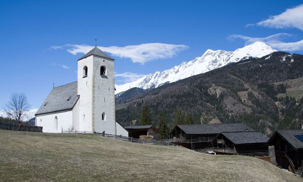 Imago Die Bergkirche St. Nikolaus liegt auf einem Hügel bei Matrei