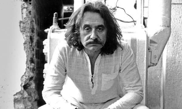(c) Beigestellt Designlegende. Lange Haare, Schnauzbart: Ettore Sottsass im Jahr 1973.