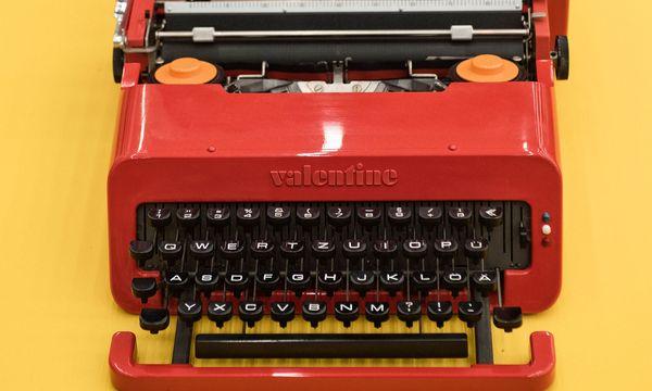 """(c) Beigestellt Rot für die Reise. Das Modell """"Valentine"""" entwarf Sottsass für Olivetti."""