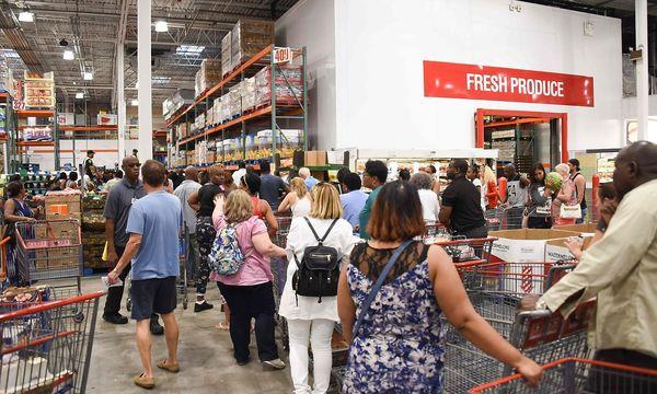 Bei Costco in Nord-Miami herrscht reger Andrang. / Bild: APA/AFP/MICHELE EVE SANDBERG