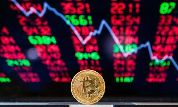 Mit Bitcoin und anderen Kryptowährungen ging es zuletzt bergab.  / Bild: (c) APA/AFP/JACK GUEZ