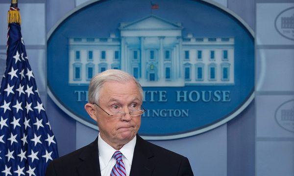 Jeff Sessions erhöht den Druck. / Bild: APA/AFP/JIM WATSON