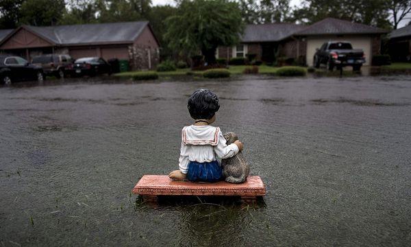 Viele Wohngebiete in Houston sind überschwemmt, diese Häuser sind noch einigermaßen verschont geblieben. / Bild: APA/AFP/BRENDAN SMIALOWSKI