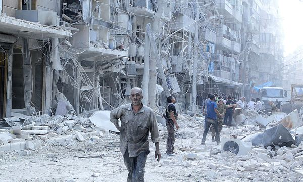 Die Suche nach Überlebenden nach einem Fassbomben-Angriff in Aleppo. / Bild: REUTERS/Abdalrhman Ismail