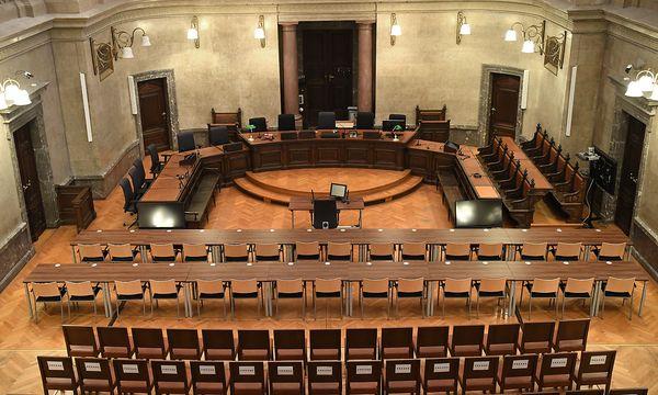 Der Große Schwurgerichtssaal ist umgebaut, für die Angeklagten wurden eigene Tisch-/Sessel-Reihen vor den Zuschauerplätzen aufgebaut. Der Prozessbeginn bleibt wie geplant: 12. Dezember. / Bild: APA/H. Fohringer