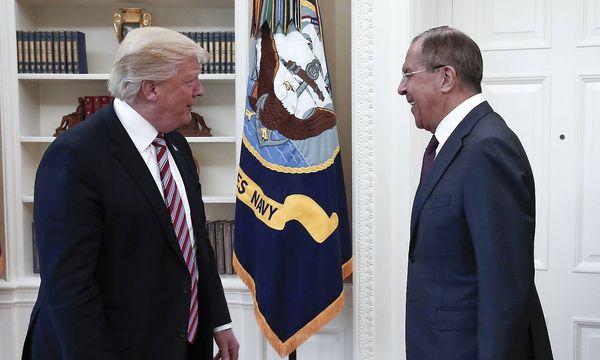 Eine Annäherung: Donald Trump traf Sergej Lawrow im Oval Office des Weißen Hauses. / Bild: (c) imago/ITAR-TASS (Alexander Shcherbak)
