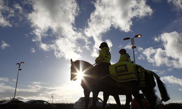 Berittene Polizisten sind in England etwa rund um Fußballspiele im Einsatz. In Österreich werden sie bald getestet. / Bild: (c) REUTERS (Reuters  Staff)