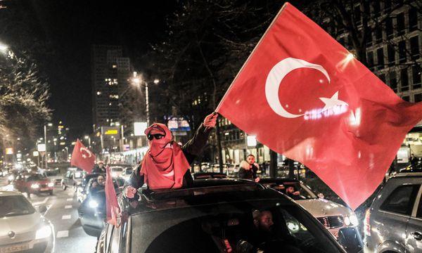 Anhänger der türkischen Regierungspartei demonstrieren in Rotterdam. / Bild: (c) imago/Hollandse Hoogte