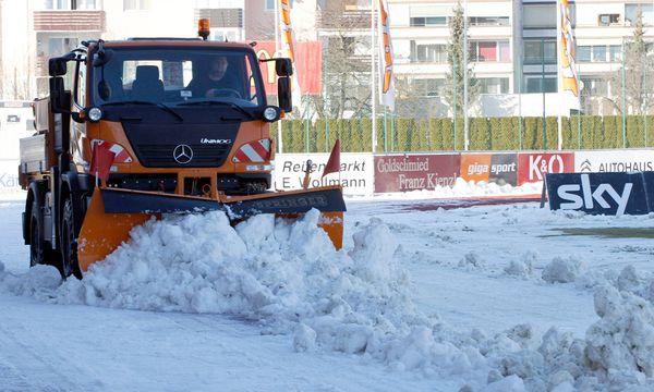 Räumungsarbeiten im Stadion / Bild: GEPA pictures/ Wolfgang Jannach