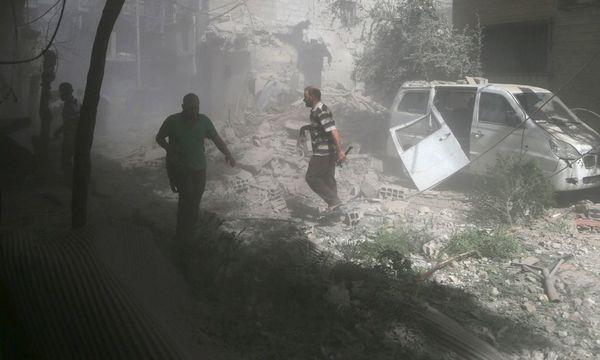 Luftschläge in einem Vorort von Damaskus. Einwohner machen dafür Pro-Assad-Kräfte verantwortlich / Bild: REUTERS