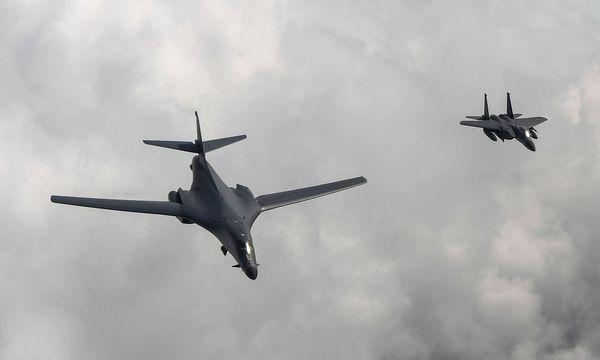 Ein vom südkoreanischen Verteidigungsministerium veröffentlichtes Bild zeigt ein amerikanisches und ein südkoreanisches Miltärflugzeug. / Bild: APA/AFP/South Korean Defence Min