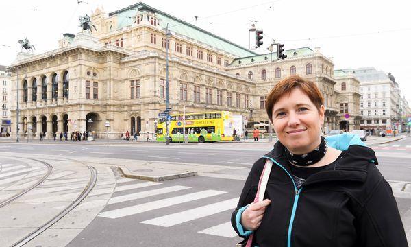 Autorin Gabriele Hasmann vor der Wiener Oper, wo angeblich Architekt Eduard van der Nüll herumspukt.  / Bild: (c) Dimo Dimov