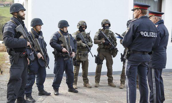 Die Polizei hat den Schützen von Stiwoll noch nicht gefunden. / Bild: APA/ERWIN SCHERIAU