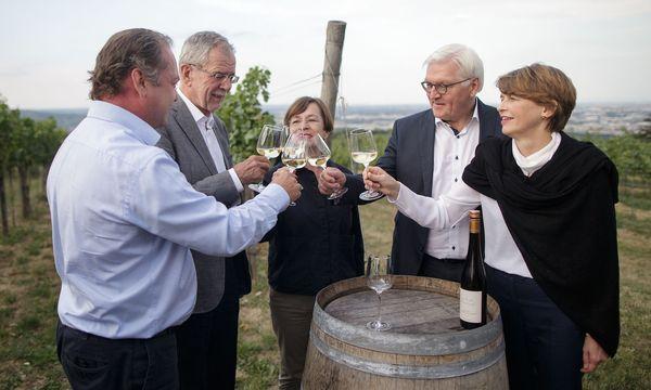 Zwei Bundespräsidenten mit Gattinnen und Heurigenwirt Wieninger / Bild: APA/GEORG HOCHMUTH