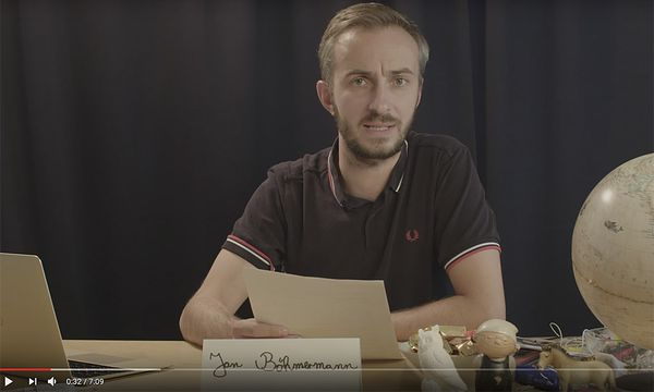 Jan Böhmermann las in einem Youtube-Video eine Stellungnahme vor / Bild: (c) Screenshot: YouTube