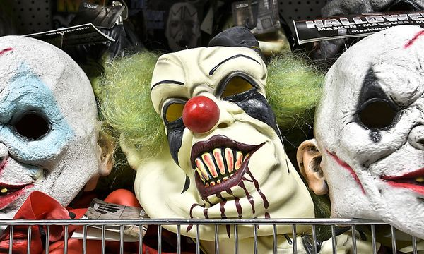 Archivbild: Grusel-Clownmasken im Regal / Bild: APA/HERBERT NEUBAUER
