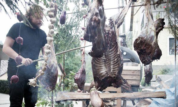 (c) Tom Mesic Archaisch. Magnus Nilsson, Manu Buffara und Konstantin Filippou machten Barbecue.