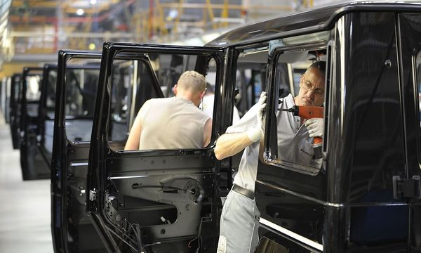 Österreichs Unternehmen - hier Magna in Graz - nehmen wieder mehr Mitarbeiter auf. / Bild: APA