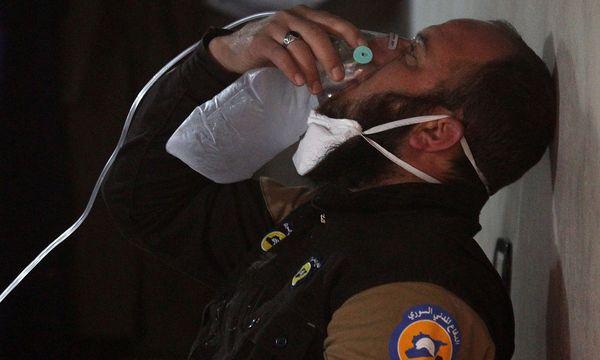 Ein Sanitäter mit einer Sauerstoffmaske. / Bild: REUTERS