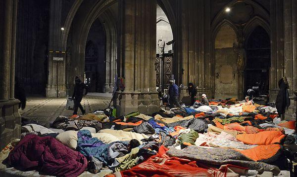 Einige Asylwerber in der Votivkirche befinden sich immer noch im Hungerstreik. / Bild: (c) APA/HERBERT NEUBAUER (HERBERT NEUBAUER)