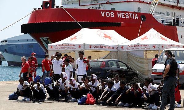 """Das Schiff """"Vos Hestia"""" der NGO """"Save the children"""" im sizilischen Hafen von Augusta. / Bild: REUTERS"""