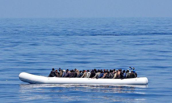 Boot mit Flüchtlingen im Mittelmeer / Bild: APA/EPA/ALESSANDRO DI MEO